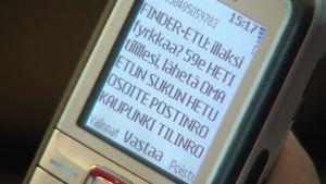 Mobiltelefon med ett textmeddelande på skärmen
