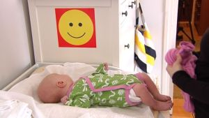 Spädbarn i en säng