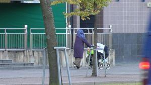 Somalisk mor med barnvagn