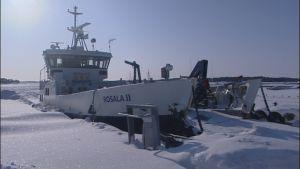 Rosala II klarar inte längre av att trafikera pga det svåra isläget
