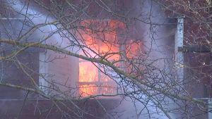 Ett våningshus i trä brann i Lojo i förmiddag