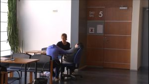 Mamman och yngsta sonen väntar utanför rättssalen.
