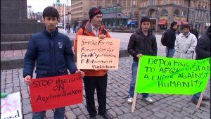 Asylsökande demonstrerar på torget i Vasa.