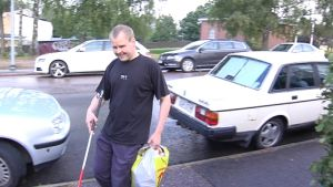 Synskadade Johan sundholm på en gata i Karis
