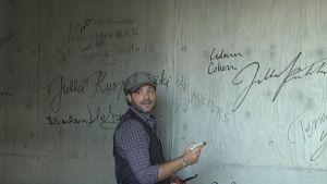 Adam Cohen signerar i konstfabriken