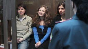 Jekaterina Samutsevitj (till vänster) med Maria Aljochina och Nadja Tolokonnikova