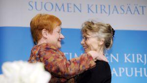 President Tarja Halonen utsåg Ulla-Lena Lundberg till Finlandiapristagare år 2012
