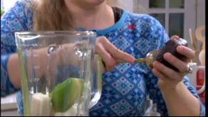 Alexandra tillreder en grönsaksmoothie