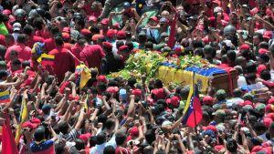 Hundratals anhängare följde med processen när Chávez kista fördes till militärakademin.