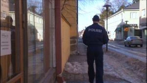 Polis på gatan i Karleby