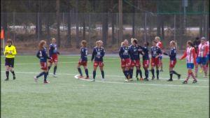 Åland United firar mål.