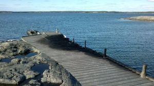 Båten och bryggan förstördes i branden