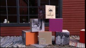 Dekorativa träkuber med tryck och foton.