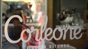Ravintola Don Corleonen logo ikkunassa