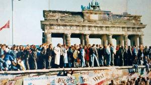 Ihmisiä Berliinin muurilla 1989