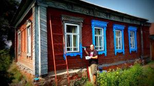 Mies maalaa taloa datsallaa Venäjällä