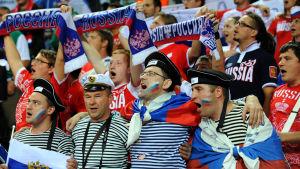 Venäläisiä kannattajia jääkiekko-ottelussa
