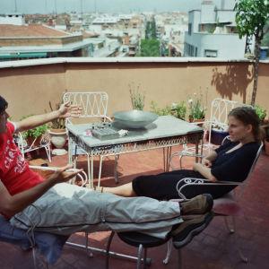 Mies ja nainen istuvat kattoterassilla Madridissa.