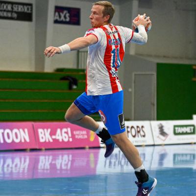 Jac Karlsson skjuter ett hoppskott.
