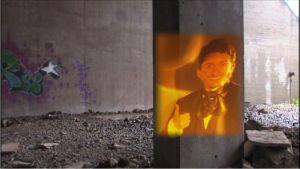 Stradan Ivan Puopolo heijastuu liekkimäisenä reflektiona betonipilariin