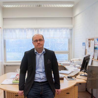 Suonenjoen kaupunginjohtaja työpöytänsä edessä.
