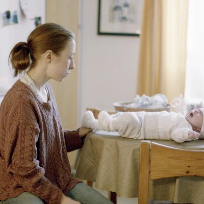 Näyttelijä Eeva Putro ja vauva