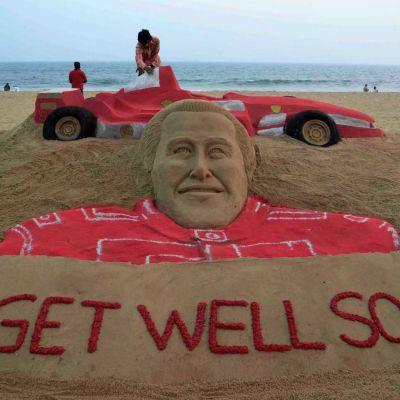Michael Schumacherin kunniaksi tehty hiekkaveistos.