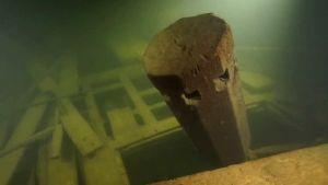 bild på ett ankarspel från ett skeppsvrak som ligger på havets botten
