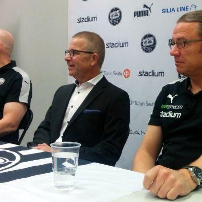 Päävalmentaja Mika Laurikainen (oik.) TPS:n tiedotustilaisuudessa 20. syyskuuta 2017.