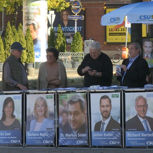 CSU står vid sitt valtält färdiga för att möta väljarna