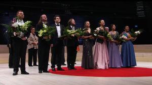 Helin-kilpailun finalistit kukitettuina.