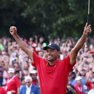 Tiger Woods firar.