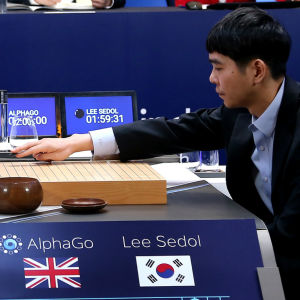 En av världens bästa Go-spelare, Lee Se-dol, placerar sin första spelpjäs på spelbredän då han inleder den tredje matchen mot datorprogrammet AlphaGo.den 12 mars i Seoul.