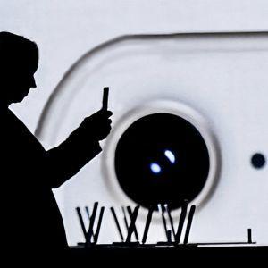 Sosiaalinen media kuten Facebook pyrkii saamaan käyttäjänsä yhä useammin ja pysymään yhä pidempään sovelluksensa parissa.