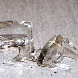 En trasig glasmugg.