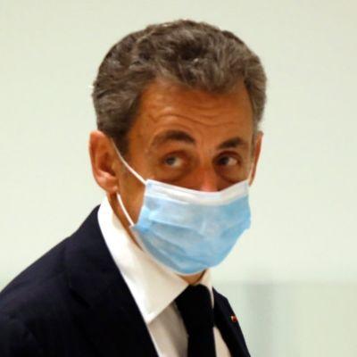 Frankrikes ex-president Nicolas Sarkozy lämnar domstolen i Paris