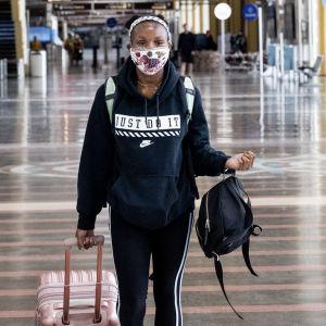 Collage av två bilder. Till vänster en person som går på en flygplats med väskor i händerna. Hon bär ansiktsskydd. Till höger en bild av ett flygplan som lyfter i solnedgång.