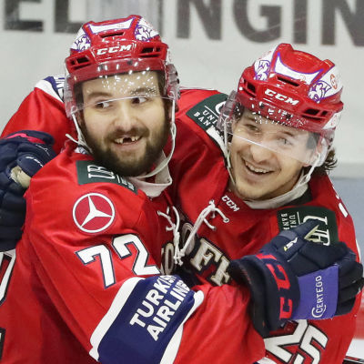 Emil Bemström och Alex Broadhurst firar mål.