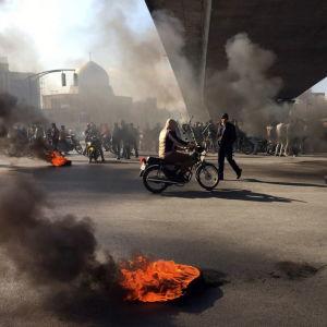 Spontana protester bröt ut i över 20 städer efter att regeringen på fredagen höjde bränslepriserna med minst 50 procent