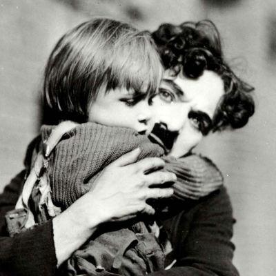 Chaplinin poika (The Kid).
