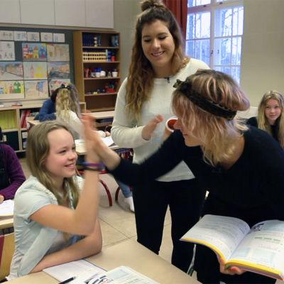Frida gör high five med en elev.