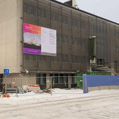 Vanhan verotoimiston ja työvoimatoimiston rakennuksen purkaminen Oulun Torikadulla.