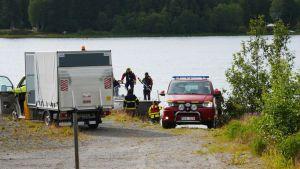 Räddningspersonal i Umeå bär bort vrakdelar efter flygplanskraschen.