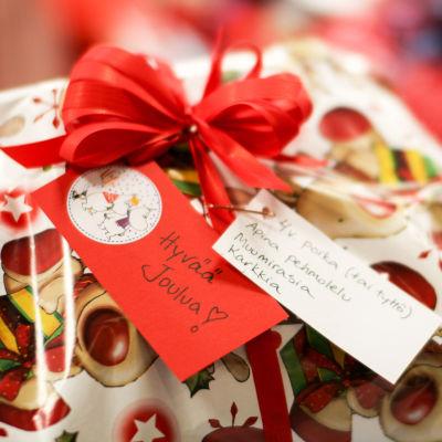 En julklapp donerad av en anonym person i Julträdet-insamlingen, avsedd för en 4-åring.