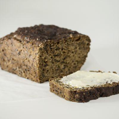 Saaristolaisleivän viipale joka voideltu margariinillä.