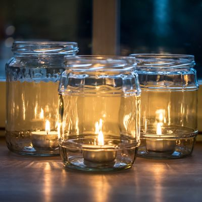 Lasipurkeissa kynttilöitä.