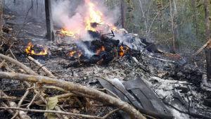 Bråte brinner i skogen efter flygolyckan.