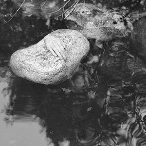 Irtokäsi kiven päällä Tattarisuon lähteellä