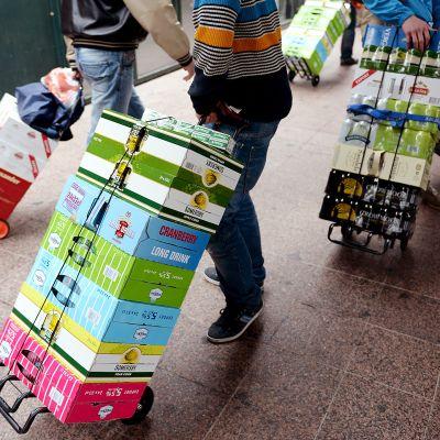 Matkustajilla lastit alkoholia kärryissä.