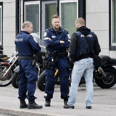 Bilden visar Bandidos föreningslokal och poliser som står utanför.